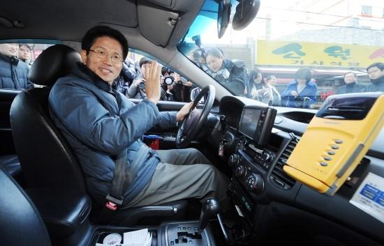 현장주의자'' 김문수. 일일 택시운전수가 되어 도민들의 삶의 현장으로 뛰어든 것을 단순히 1회용 쇼로만 볼 수 없는 이유다